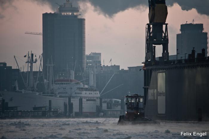 Hamburger Hafen mit Eis